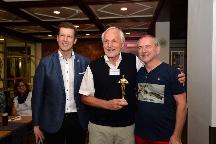 Verleihung des Goldenen Anton an Univ. Prof. Dr. Walter Hödl (v.l.n.r. DI Andreas Schramm, Dr, Walter Hödl, Dr. Anton Lamboj)