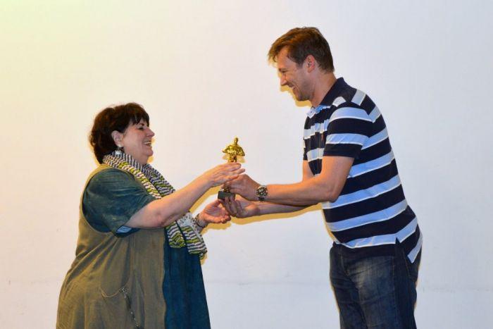Übergabe des Goldenen Anton an Evelyn Kolar von Andreas Schramm, ÖVVÖ Präsident