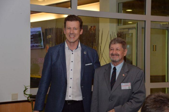 Verleihung der Ehrenmitgliedschaft des ÖVVÖ an Kons. Hans Esterbauer (v.l.n.r. DI Andreas Schramm, Kons. Hans Esterbauer)