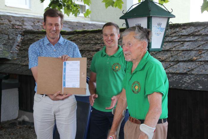 Verleihung der Ehrennadel mit Kranz an Harald Hackl (v.l.n.r: DI A. Schramm, Obmann R.Lechner, H. Hackl)