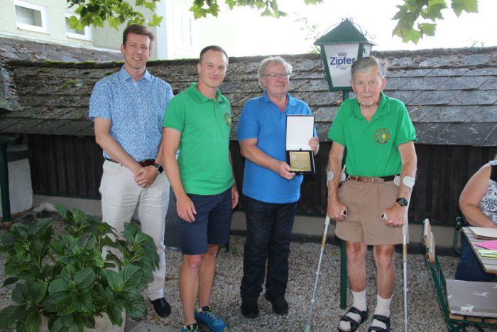 Verleihung der Ehrenplakete an Harald Hackl (v.l.n.r: DI A. Schramm, Obmann R.Lechner, F. Ringseis, H. Hackl)
