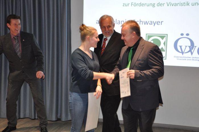 Sven Roehl von der Firma JBL gratuliert der Gewinnerin Melanie Schwayer